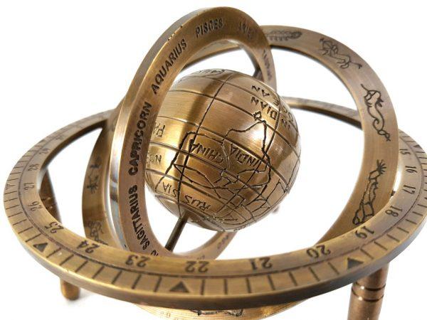 Mosiężne astrolabium sferyczne na trójnogu