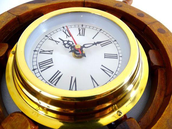 Zegar mosiężny w drewnianym kole sterowym -1