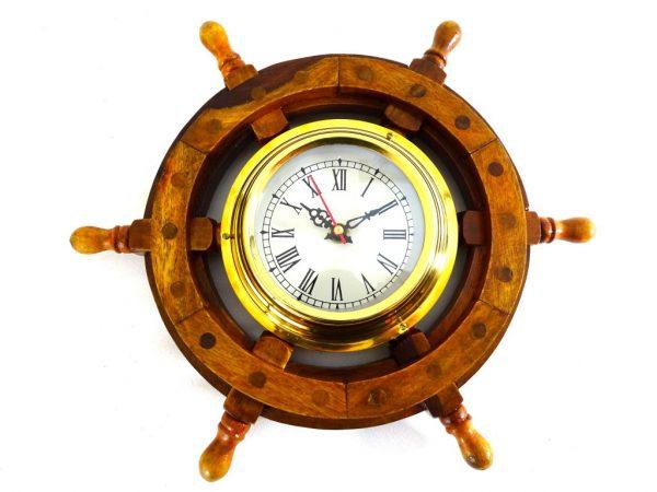 Zegar mosiężny w drewnianym kole sterowym