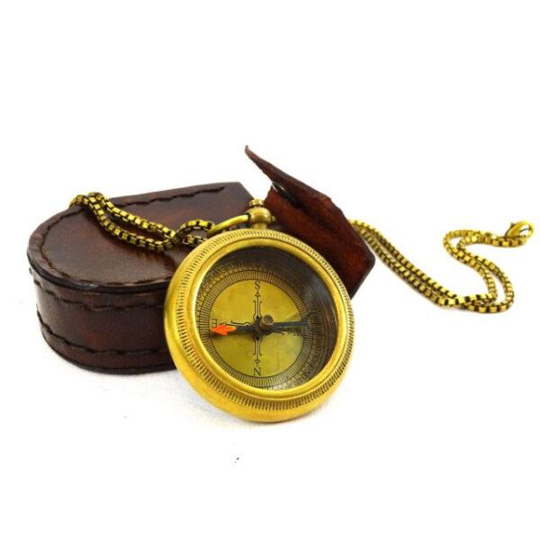 Kompas mosiężny z łańcuszkiem w skórzanym etui